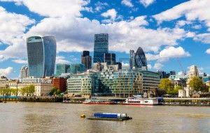 40229906-テムズ-イギリスのロンドン市の高層ビル-300x191